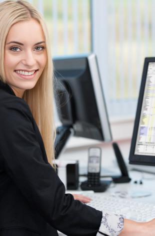 lächelnde junge frau arbeitet am computer